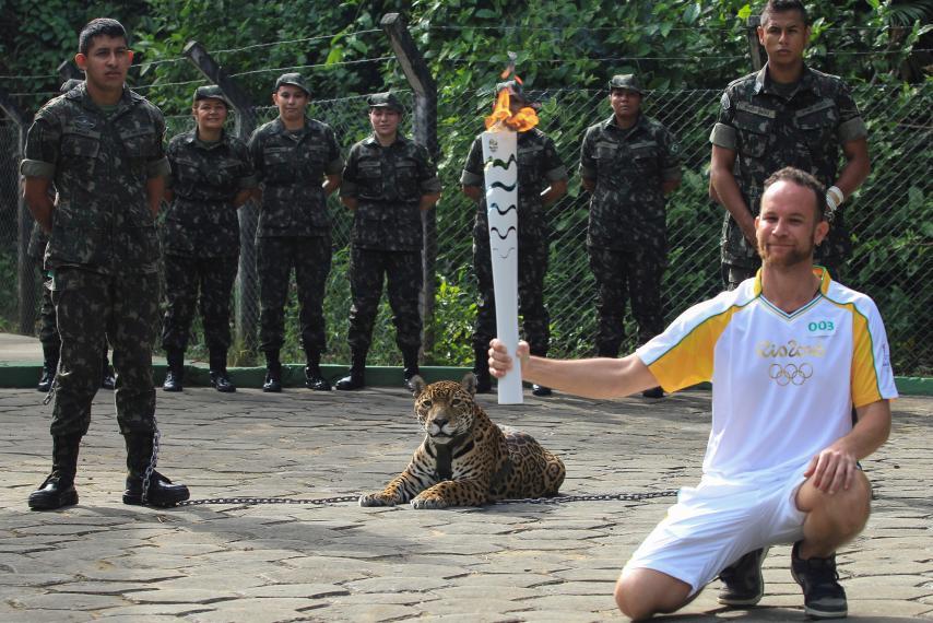 Először pózoltak vele, majd lelőtték az olimpiai jaguárt