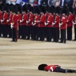 Ájult katona az angol királynő szülinapi ünnepségén